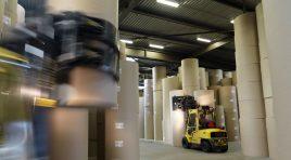 O flotă de 16 vehicule ghidate automat manipulează 600.000 de tone de hârtie