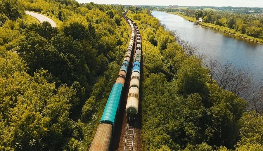 Transportul feroviar eficientizează lanţul logistic al fabricii de hârtie din Zărnești