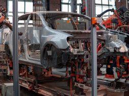 Unele fabrici de masini isi opresc productia fortate de coronavirus