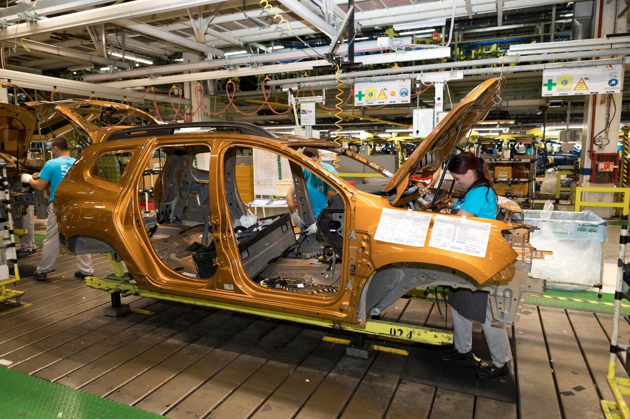 Industria auto afectată de o nouă criză: Renault, Dacia, Stellantis opresc producția din lipsă de componente electronice