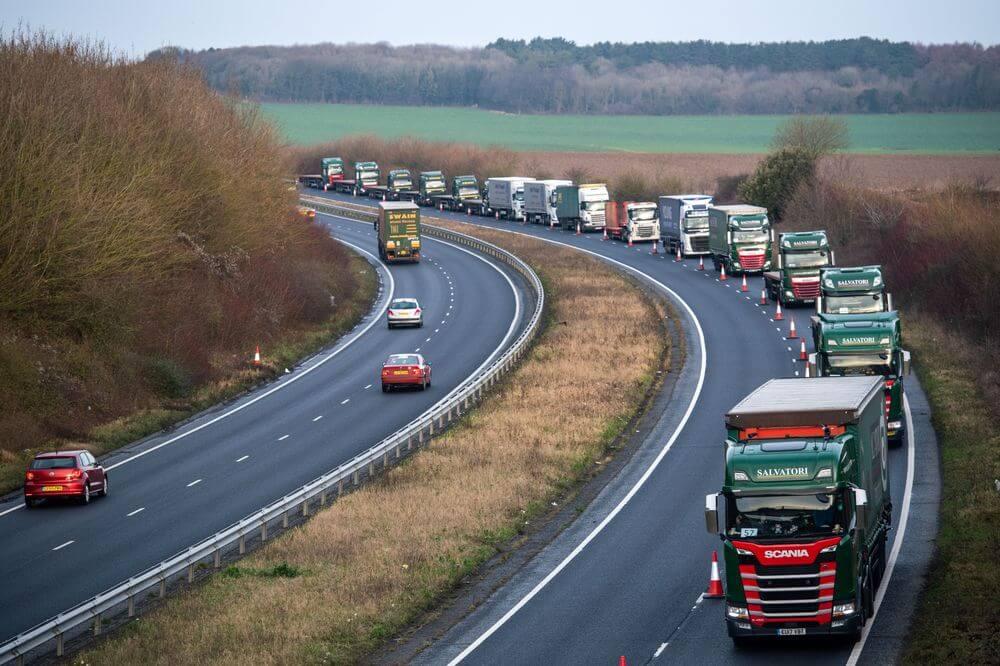 Asociațiile internaționale de transport: cozi de așteptare pentru camioane la granița cu UK, birocrație și insuficienți agenți vamali