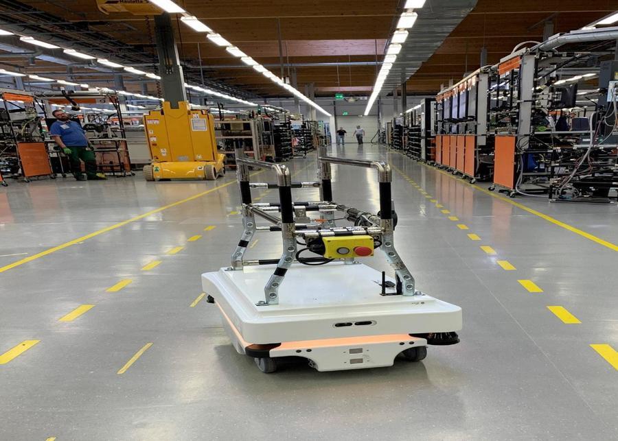 AGV drive-through solution: ifm oferă o soluţie integrată cu AGV pentru automatizarea transportului componentelor între liniile de producţie