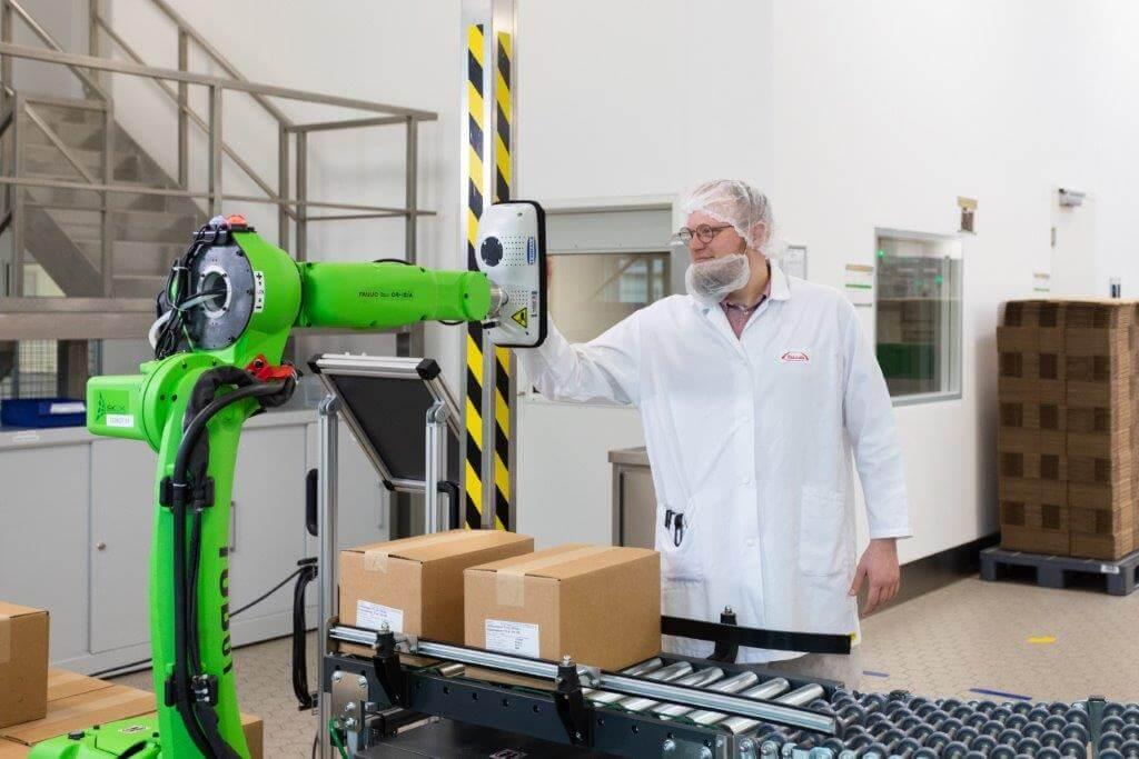 Beneficiile implementării roboților colaborativi în industria farmaceutică